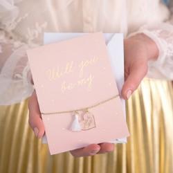 Bransoletka z kartką na zapytanie dla druhny. Ozdobna kartka w różowym kolorze z napisem.