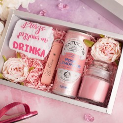 Zestaw upominków dla kobiety w postaci pudełka z ciekawą zawartością.