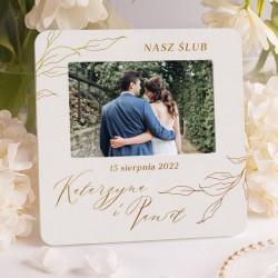 Ramka na fotografię idealnie sprawdzi się jako prezent ślubny. Posiada personalizowany charakter.