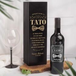 Zestaw prezentowy w postaci czarnej skrzyni i etykiety na alkohol. Na skrzyni znajdują się życzenia.