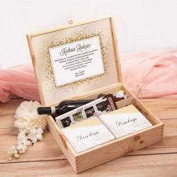 Zestaw prezentowy w drewnianej skrzynce. W środku umieszczone są upominki dla rodziców w ramach podziękowania ślubnego.