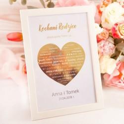 Plakat z ramką w jasnej kolorystyce. Obejmuje duże złote serce i personalizację.