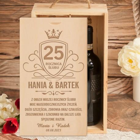 Drewniana skrzynia na alkohol udekorowana w życzenia i personalizację. Idealny prezent na rocznicę dla bliskich osób.