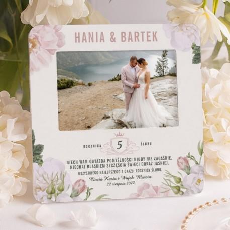 Personalizowana ramka na fotografie, z kwiatową grafiką. Upominek rocznicowy dla bliskich osób.