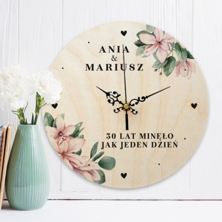 Zegar drewniany to piękna dekoracja wnętrza. Idealnie sprawdzi się jako upominek na rocznicę ślubu.