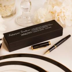 Czarne etui z personalizacją. Wewnątrz znajdują się dwa długopisy. Wyjątkowy upominek dla świadka.