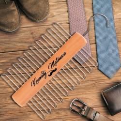 Personalizowany wieszak na krawaty dla mężczyzny. Idealny upominek na Wieczór Kawalerski.