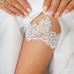 Koronkowa podwiązka w białym kolorze. Idealny dodatek na ślub dla Panny Młodej.