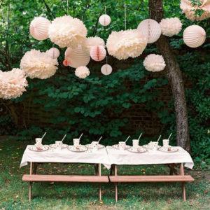 Puszyste, bibułowe kule w pięknym pudrowym kolorze są idealną dekoracją na wieczór panieński na dworze!